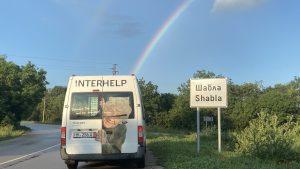 Ein Regenbogen als Zeichen der Hoffnung – das Spezialfahrzeug aus Hameln trifft in der Stadt Shabla ein. Foto: Interhelp